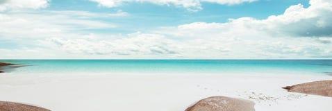 Mar tropical y cielo nublado imagen de archivo