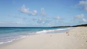 Mar u océano azul, arena blanca y cielo con las nubes almacen de metraje de vídeo