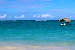 Mar verde bonito, céu azul e um barco Foto de Stock Royalty Free