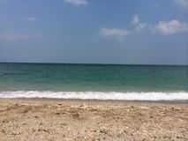 Mar verde con la arena Fotografía de archivo libre de regalías