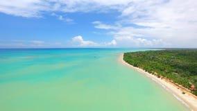 Mar verde de la visión aérea en la costa brasileña de la playa el día soleado Ciudad de Cumuruxatiba, Bahía, el Brasil En febrero almacen de metraje de vídeo