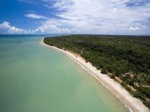 Mar verde de vista aérea em uma costa brasileira da praia em um dia ensolarado em Cumuruxatiba, Baía, Brasil Em fevereiro de 2017 imagem de stock royalty free