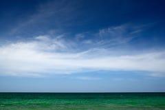 Mar verde del cielo azul Imágenes de archivo libres de regalías