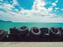 Mar verde esmeralda hermoso y cielo azul foto de archivo libre de regalías