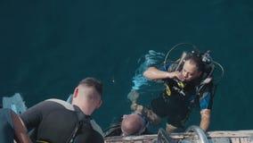 Mar Vermelho 2018 de Egito o instrutor do mergulhador de mergulhador está guardando uma instrução para um novato inexperiente Vis vídeos de arquivo