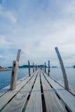 Mar-vista del puente de madera de la isla Fotos de archivo