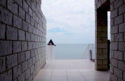 Mar visto a través de ventana de la pared de piedra Fotografía de archivo