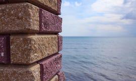 Mar visto a través de ventana de la pared de piedra Imagen de archivo libre de regalías