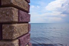 Mar visto a través de ventana de la pared de piedra Imágenes de archivo libres de regalías