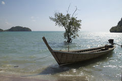 Mar y barco de madera, Krabi, Tailandia Foto de archivo libre de regalías