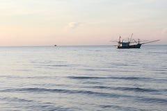 Mar y barco en la playa de Tailandia Fotografía de archivo