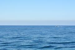 Mar y barco hermosos sin fin Imágenes de archivo libres de regalías