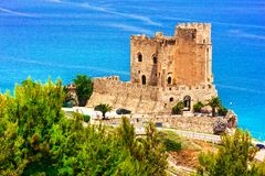 Mar y castillos hermosos de Italia, ceja Spulico, Calabria de Roseto Fotos de archivo libres de regalías