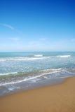 Mar y cielo azul Fotos de archivo