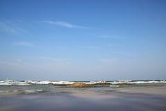 Mar y cielo azul Imagen de archivo
