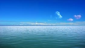 Mar y cielo azul Fotografía de archivo
