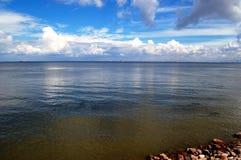 Mar y cielo azules Fotos de archivo libres de regalías
