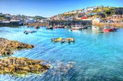 Mar y cielo azules británicos de Cornualles del puerto de Mevagissey en un día de verano hermoso en HDR vibrante y colorido Foto de archivo libre de regalías