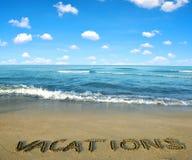 Mar y cielo azules en la playa arenosa del primero plano imagenes de archivo
