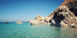Mar y cielo azules Pequeña isla cerca de Adrasan orilla Imagen de archivo libre de regalías