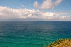 Mar y cielo - bahía de Byron, Australia fotos de archivo