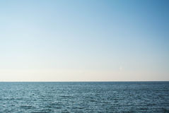 Mar y cielo claro Imagen de archivo