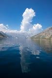Mar y cielo de las montañas Fotografía de archivo libre de regalías
