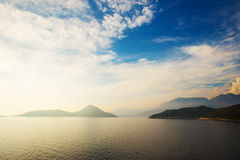 Mar y cielo de las montañas Imagenes de archivo