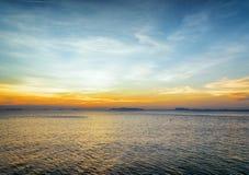Mar y cielo en la puesta del sol. Paisaje hermoso Foto de archivo