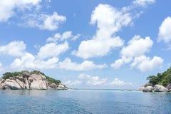 Mar y cielo en Nang Yuan Island, Tailandia foto de archivo