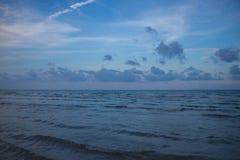 Mar y cielo nublado por la tarde Imágenes de archivo libres de regalías