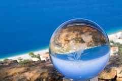mar y cielo a través de una bola de cristal Foto de archivo