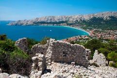 Mar y ciudad de la bahía de Baska del punto de vista cerca de ruinas antiguas Fotos de archivo libres de regalías
