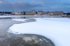 Mar y ciudad del invierno imagen de archivo