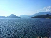 Mar y colinas Imagen de archivo