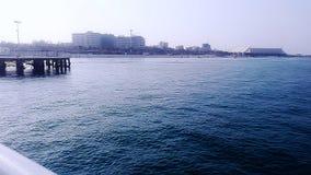 Mar y edificio azules Fotografía de archivo libre de regalías