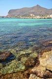 Mar y el castillo en la isla de Favignana Imagenes de archivo