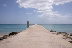 Mar y embarcadero de la isla de Martinica Imagen de archivo