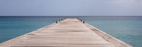 Mar y embarcadero de la isla de Martinica Foto de archivo