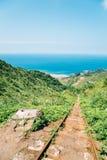 Mar y ferrocarril de Yinyanghai en Jinguashi, Taiwán imagenes de archivo