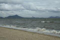 Mar y la costa en un día de invierno tempestuoso, visto de una playa adentro Imagen de archivo