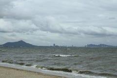 Mar y la costa en un día de invierno tempestuoso, visto de una playa adentro Fotos de archivo