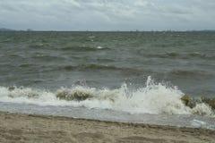 Mar y la costa en un día de invierno tempestuoso, visto de una playa adentro Imagen de archivo libre de regalías
