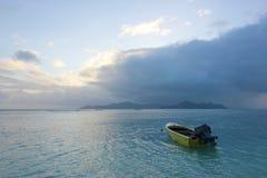 Mar y lluvia en las islas con el barco solo Seychelles Imagen de archivo