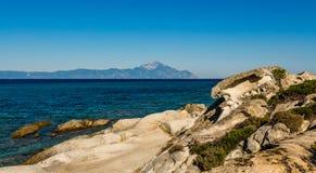 Mar y montaña azules grandes de Athos Fotografía de archivo