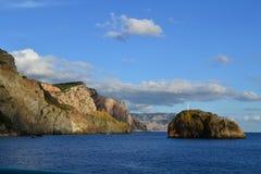 Mar y montañas Foto de archivo libre de regalías