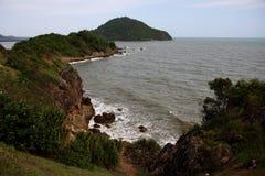 Mar y montañas en Chanthaburi, Tailandia fotos de archivo libres de regalías