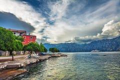 Mar y montañas en mún tiempo lluvioso Imagen de archivo libre de regalías
