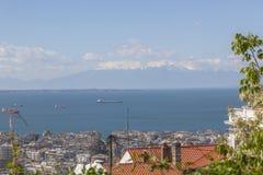 Mar y montañas sobre los tejados de la ciudad Foto de archivo
