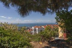 Mar y montañas sobre los tejados de la ciudad Fotos de archivo libres de regalías